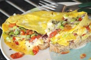 Omelett med grønnsaker på hjemmelaget grovbrød